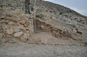 Разрез, который вскрывает, по всей видимости, сложносоставной характер западной крепостной стены