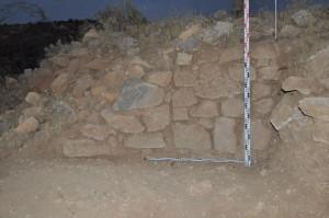 Зачистка фрагмента западной стены со стороны крепости