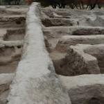 Памятник имеет три строительных горизонта. Постройки нижнего возведены из пахсовых блоков, верхние уже из сырцового кирпича. Вид на раскоп с востока, в центре бровка.